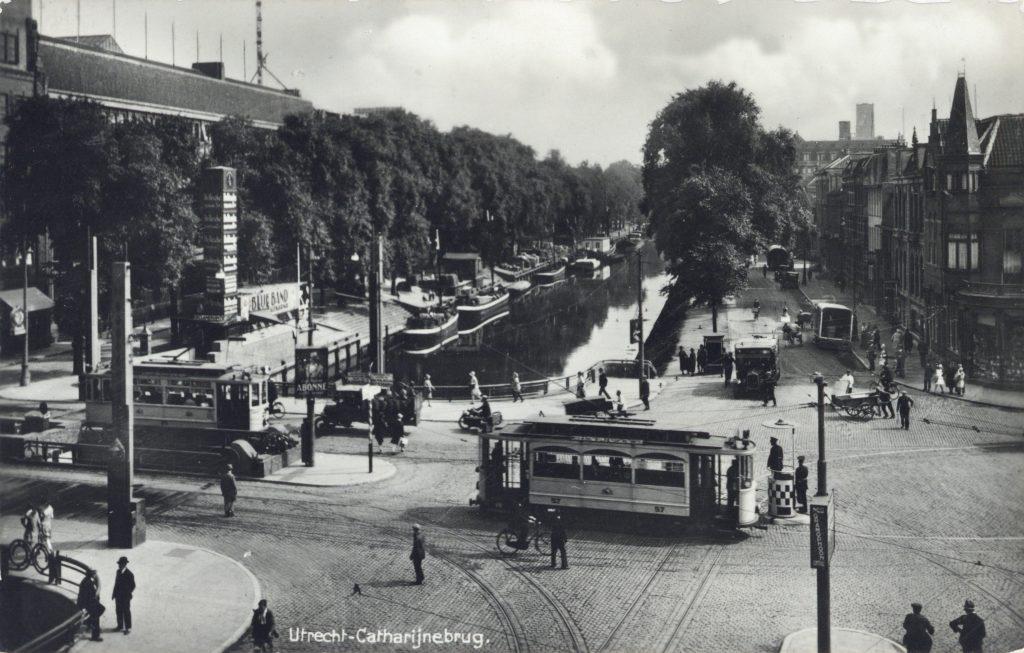 Gezicht-op-de-Stadsbuitengracht-te-Utrecht-met-op-de-voorgrond-de-Catharijnebrug.-1928-2133-collectie-Het-Utrechts-Archief-scaled