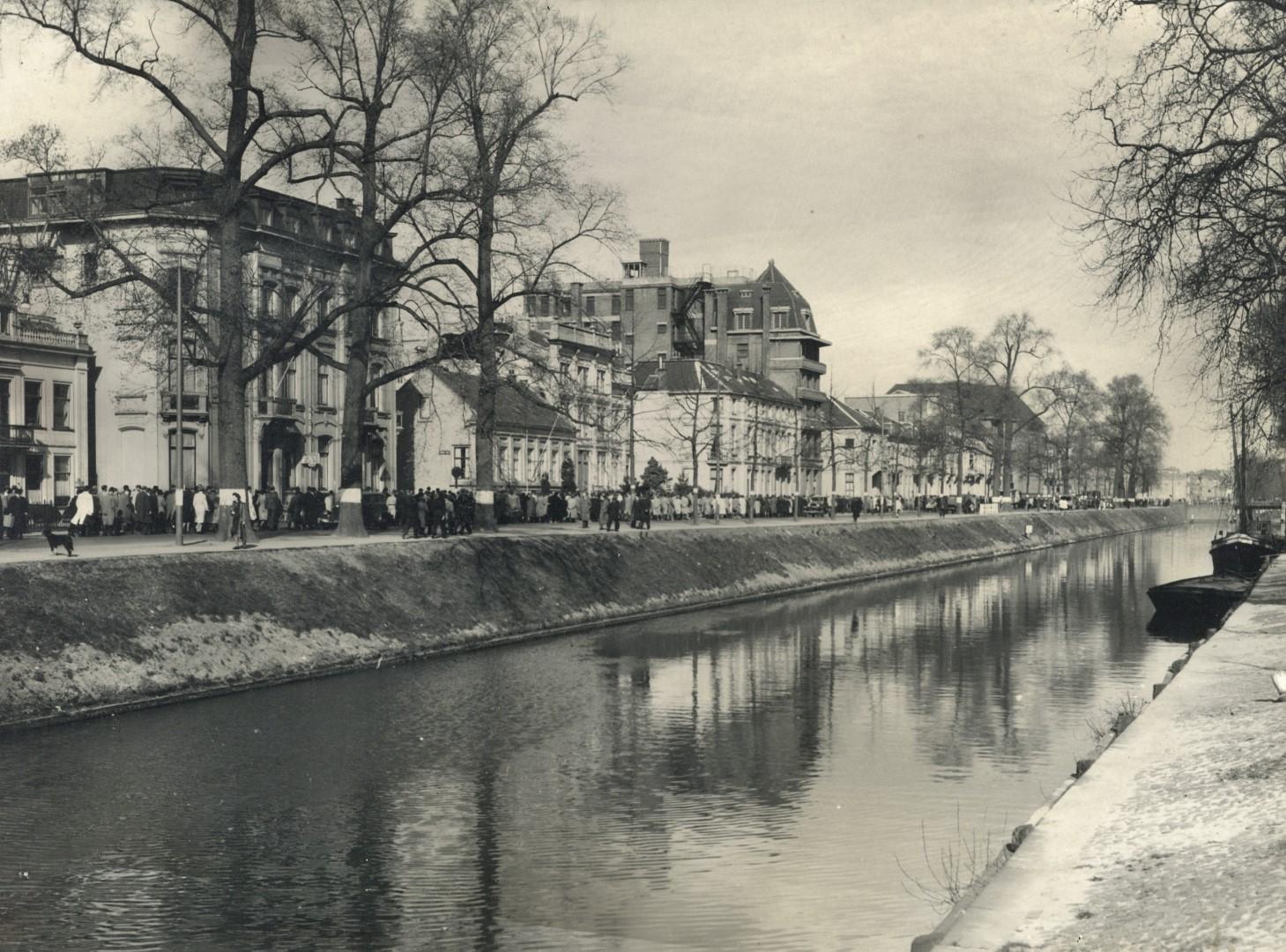 Gezicht op de Stadsbuitengracht en de Catharijnesingel te Utrecht, vanaf de Rijnkade. 1930 - 406199 Het Utrechts Archief (Groot)
